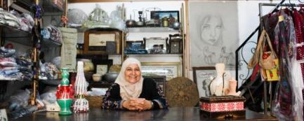 Mikrokredit-Empfängerin in ihrem Laden in der West-Bank