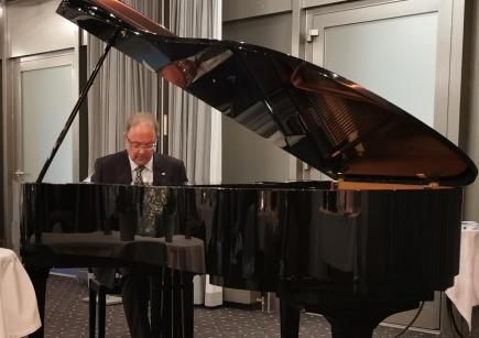 """Reto E. Fritz spielt """"La Tartin de Beurre"""" am Flügel. Wahrscheinlich von Mozart."""