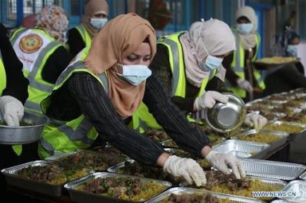 Palästinensische Frauen bereiten Essenspakete vor