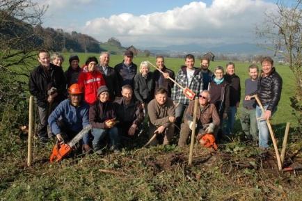 Mitglieder des Vereins Schänner Natur und des Rotary Clubs Linthebene leisten gut gelaunt körperliche Arbeit für den Naturschutz an der Gemeindegrenze zwischen Kaltbrunn und Schänis